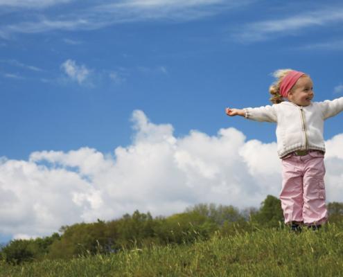 Kind streckt Arme in die Luft, Energieagentur Kreis Konstanz, 753029